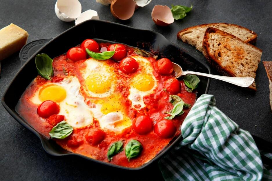 Posjerte egg: - Kort fortalt er posjerte egg bare egg som er kokt. Det kompliserte er at de er kokt uten skall, som om de hadde skall. Foto: Mette Randem