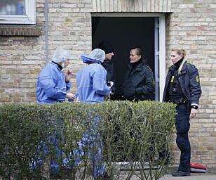<strong>TEKNIKERE:</strong> Politiets teknikere tar seg inn i leiligheten hvor politiet tirsdag morgen har funnet flere drepte personer. Politiet har pågrepet en person for drapene. Foto: Mathias Øgendal / Scanpix Danmark / NTB scanpix