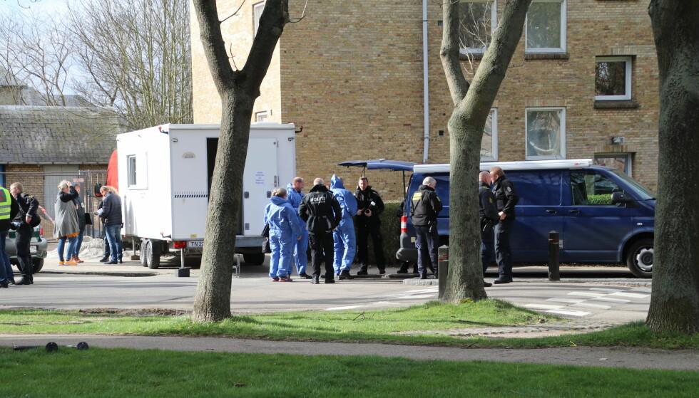 <strong>DRAP:</strong> Politiet sperrer av området rundt leiligheten ved Kobbelvænget i Brønshøj, hvor politiet tirsdag morgen fant &nbsp;flere drepte personer i en leiliged. Politiet har pågrepet en person for drapene. Foto: Mathias Øgendal / Scanpix Danmark / NTB scanpix