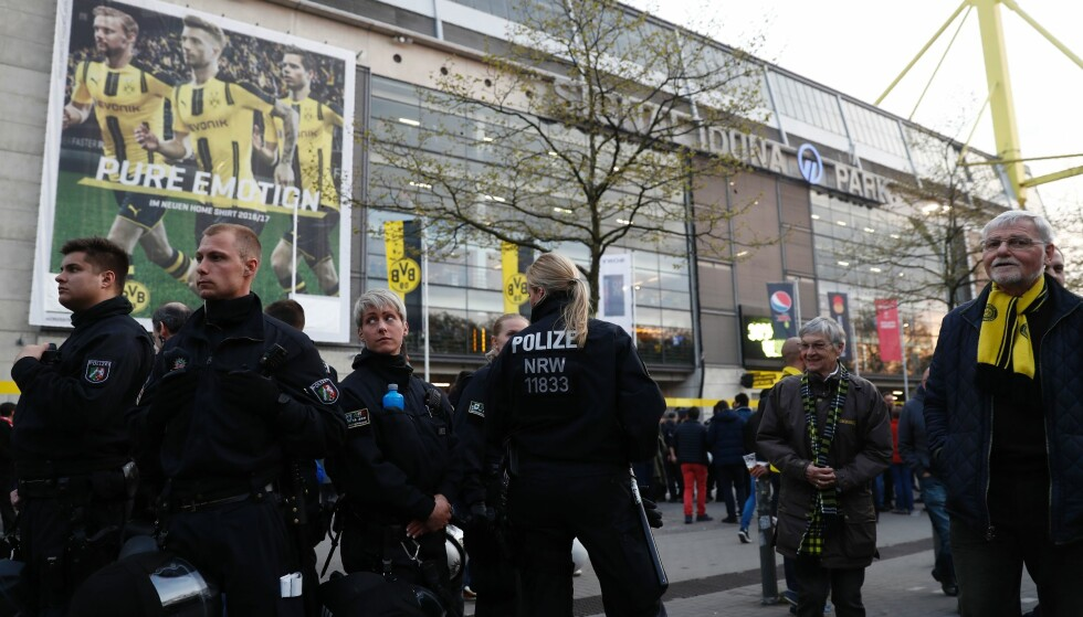 POLITIET PÅ PLASS: Politiet patruljerer utenfor Signal Iduna Park etter angrepet. Foto: Odd Andersen / AFP / NTB Scanpix