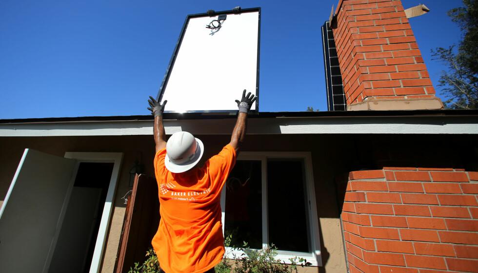SOLCELLETAK: Her bygges solcellepanel på et tak i San Diego, California. Foto: Mike Blake / Reuters / NTB Scanpix
