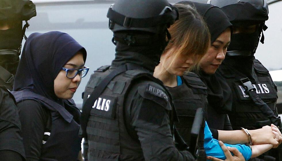 SIKTET: Vietnamesiske Doan Thi Huong blir her eskortert ut av et rettslokale. Sammen med indonesiske Siti Aisyah er hun siktet for drapet på halvbroren til Kim Jong-un. Foto: Reuters / NTB Scanpix