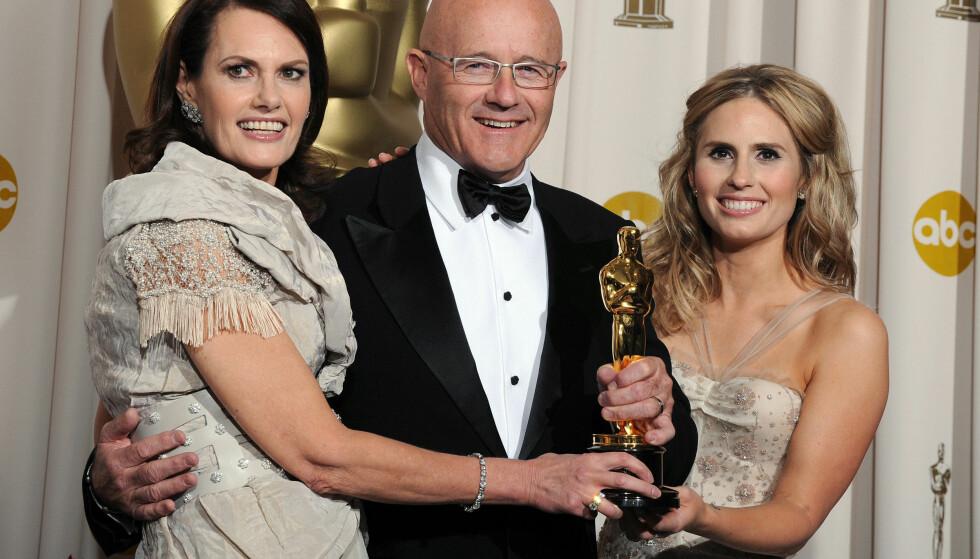 TOK IMOT PRIS: Sally, Kim og Kate Ledger - kjent som mor, far og søster til den avdøde stjernen. De tok imot Heath Ledgers pris for beste mannlige birolle under Oscar-utdelingen i 2009. Foto: Mark Ralston / NTB Scanpix