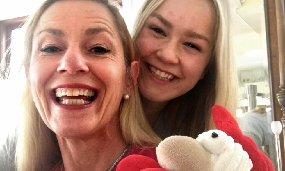 JUBILEUMSVINNEREN: Anne Christine Grønlie (50) ble vinneren av årets «Påskelabyrint», her sammen med datteren Ingrid Stenmark (20), som hjalp henne i mål, til RBK-brakka i Trondheim. Foto: Privat