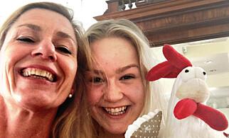 GLADE VINNERE: Mor og datter, Anne Grønlie og Ingrid Stenmark, sammen med påskekyllingen.