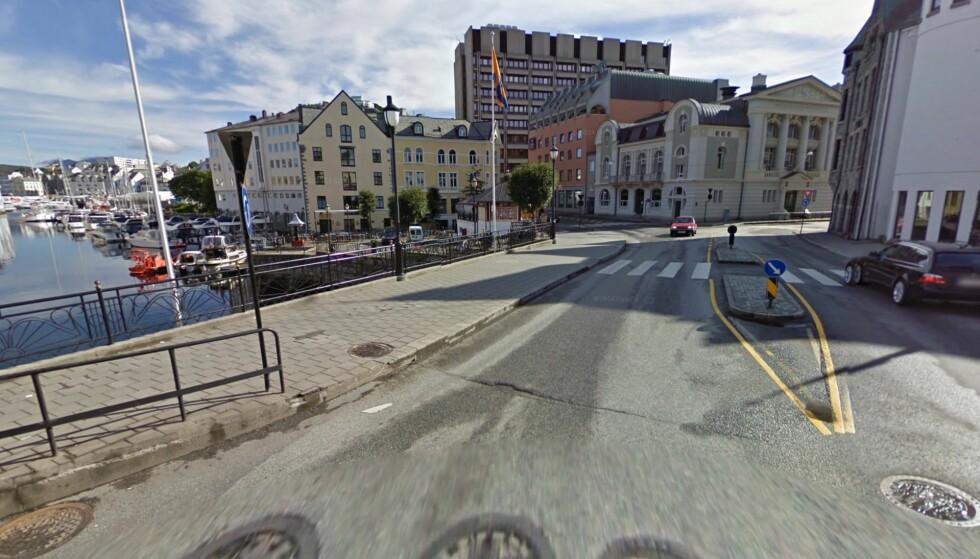 <strong>ÅSTED:</strong> Personen om kan ha vært utsatt for en voldsepisode ble funnet på Hellebroa i Ålesund sentrum. Foto: Google.