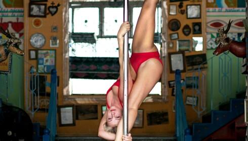POLE-FITNES: Gøril Synnøve Johansen er pole fitness-instruktør. Foto: Fiona Peters