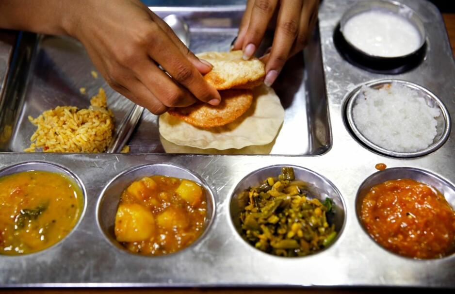 Fastfood på indisk: 12 retter på 20 minutter, slik foregår lunsjen på Andhra Pradesh Bhavan Canteen i New Delhi. De serverer mat fra Andhra Pradesh, sørøst i India. Foto: Mette Randem
