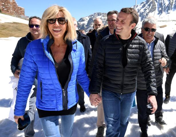 FØLGES TETT: Emmanuel Macron (t.h) møtte kona si, Brigitte Trogneux, da han var 15 år. Hun var hans fransk- og dramalærer, og 24 år eldre enn elev Macron. Deres forhold følges tett i Frankrike. Her feiret de påske i Pyrineene. Foto: NTB Scanpix