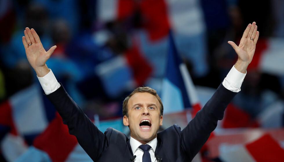 SMILENDE KANDIDAT: Emmanuel Macron har startet sin egen politiske bevegelse, En Marche! (Fremad!), og nevnes stadig som den heteste kandidaten til å bli Frankrikes neste president. Men Frankrike-valget er fullt av overraskelser, og ingen tør si noe sikkert. Her hilser Macron på sine tilhengere. Foto: NTB Scanpix