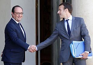 UNGT TALENT: Her er Emmanuel Macron på vei ut av presidentpalasset for to år siden. Den gangen var han president Francois Hollande sin økonomiminister. Snart kan Macron være den som flytter inn i Elysee-palasset. Foto: NTB Scanpix