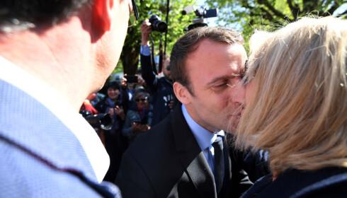 I ALLES SØKELYS: Emmanuel Macron og kona Brigitte Trogneux jobber tett sammen om presidentkandidatens taler og her er avbildet under en valgkampenje i Bagneres de Bigorre i påska. Foto: NTB Scanpix