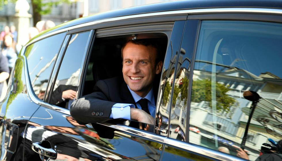 SMILENDE KANDIDAT: Emmanuel Macron, her på valgkampanje i Bagneres de Bigorre. Foto: NTB Scanpix