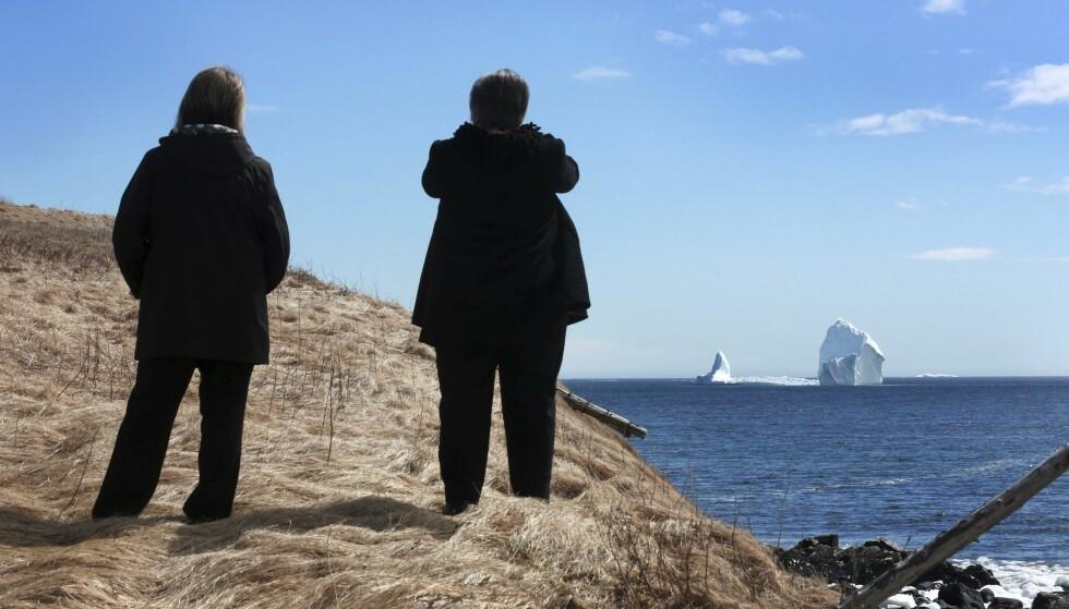 SKUELYSTNE: Mange har tatt turen til Ferryland for å se årets første isfjell passere. Foto: Paul Daly / The Canadian Press / AP / NTB Scanpix