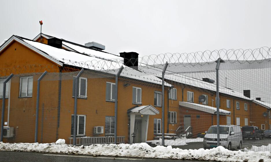 FENGSEL: Trandum er et fengsel! Fire meter høye gjerder, piggtråd, låste dører, celler. De kan kalle det hva de vil - det ER et fengsel, skriver Gry Herland.  Foto: Marte Christensen / NTB scanpix