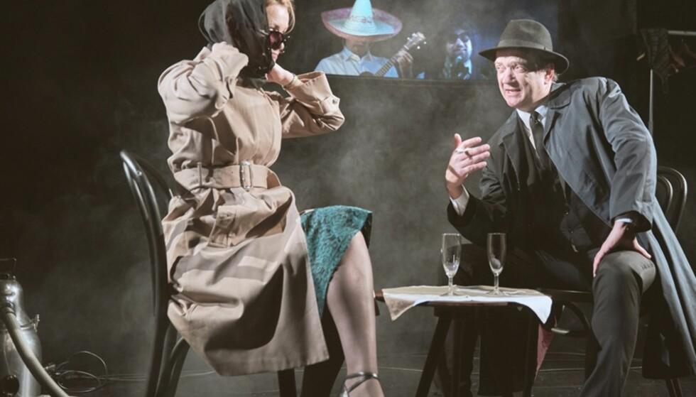 LYSSKY AKTIVITET: Karoline Krüger og Gard B. Eidsvold i «1950 - Spionen» - med Per Kjerstad og Kim Sørensen som mariachiband i bakgrunnen. Foto: Stig H. Dirdal, Rogaland Teater/Statsteatret
