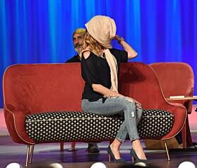 DEKKET TIL: Den tidligere skjønnhetsdronninga dekket til ansiktet da hun entret scenen. Foto: NTB Scanpix.