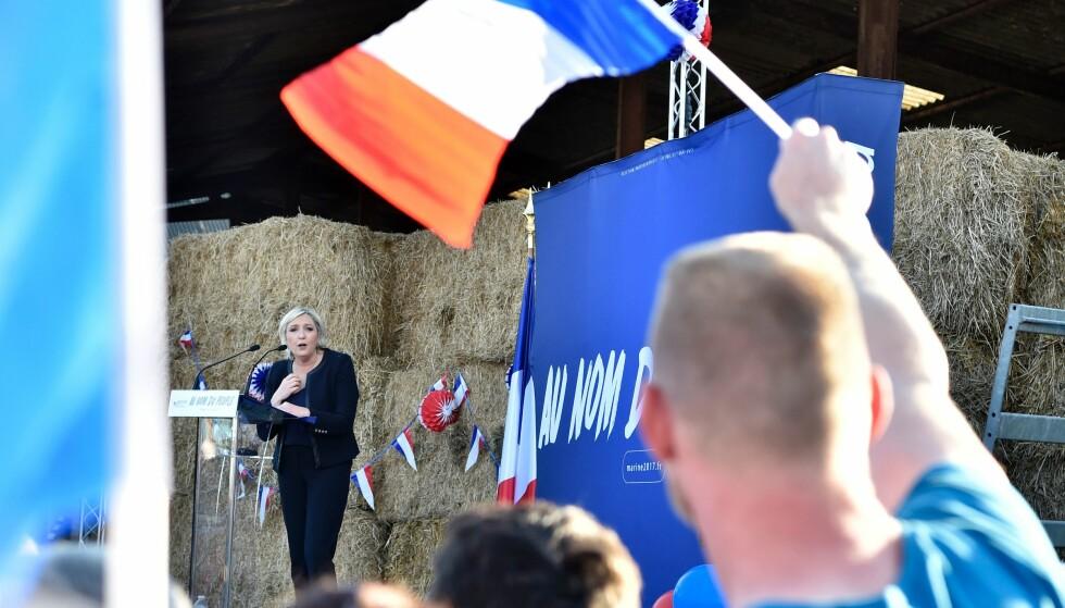 TOTAL FORVIRRING: En Front National-tilhenger veiver med det franske flagget under et valgmøte med Marine Le Pen ved gådren Puybonnieux i nærheten av Limoges 13. april - Stilt foran de ulike scenariene, er velgernes forvirring maksimal. En måling nylig foretatt av IFOP hadde et anslag på 30 % velgere som sier at de ikke vet hvem de kommer til å stemme på og om de i det hele tatt vil stemme, skriver artikkelforfatteren. Foto: / AFP PHOTO / ALAIN JOCARD