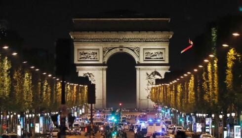 TERROR: Blålys på Champs Elysees etter at terrorister åpnet ild mot politifolk i sentrum av Paris i går kveld. Foto: AFP PHOTO / THOMAS SAMSON