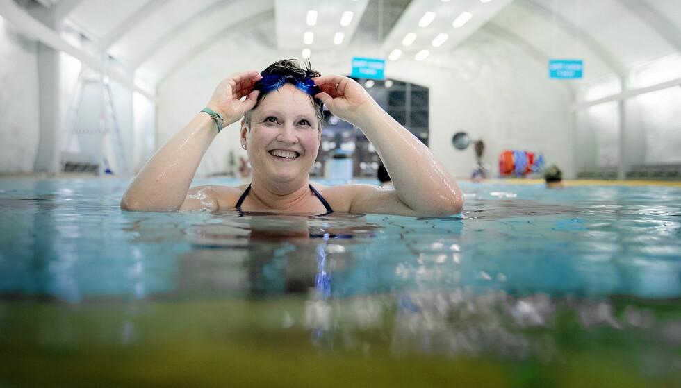 GOD TRIM: Én dag i uka trener Mona Hele Rymoen vanngym i Fjellhallen på Gjøvik. Hun kommer gjerne litt før timen starter og svømmer noen lengder i bassenget. Foto: BJØRN LANGSEM