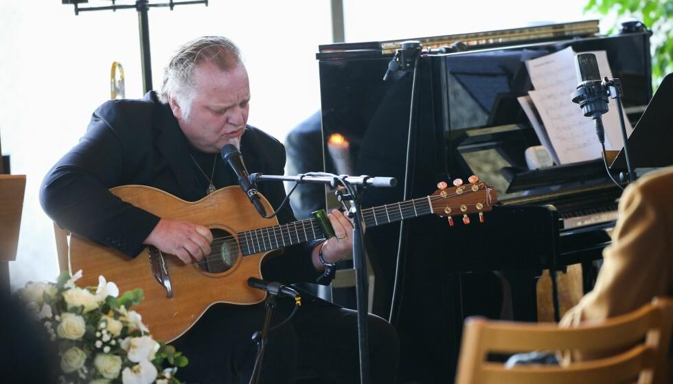 HEDRET KOMPISEN: Knut Reiersrud var en av flere musikere som spilte under seremonioen. Han var i lang tid programleder sammen med Borge i NRK-programmet «Bluesasylet», som gikk på lufta for første gang i 2004. Foto: Andreas Fadum
