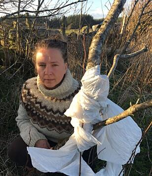OPPGJØR: Marika Berven (41) tar hyppig bilder av plast fra rundballer på avveie. Hun ser hver dag hvordan det forsøpler strender, hav og kulturlandskap på Lista i Vest-Agder. Foto: Privat