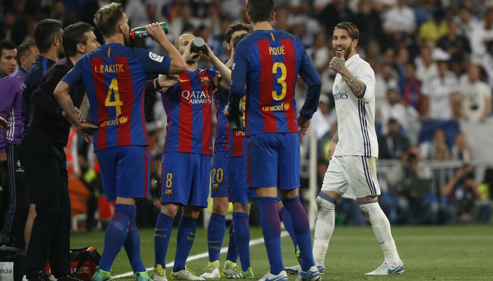 IRRITERT: En tydelig irritert Sergio Ramos gestikulerer mot Gerard Pique etter at han fikk det røde kortet for en tofotstakling. Foto: Reuters / Susana Vera