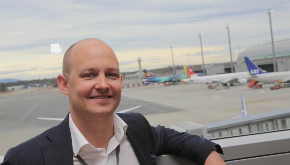 RASK SERVICE: Kommunikasjonssjef Joachim Westher Andersen i Avinor håper at 17.maitrafikken på Gardermoen skal gå raskt og effektivt unna. Foto: Odd Roar Lange/The Travel Inspector