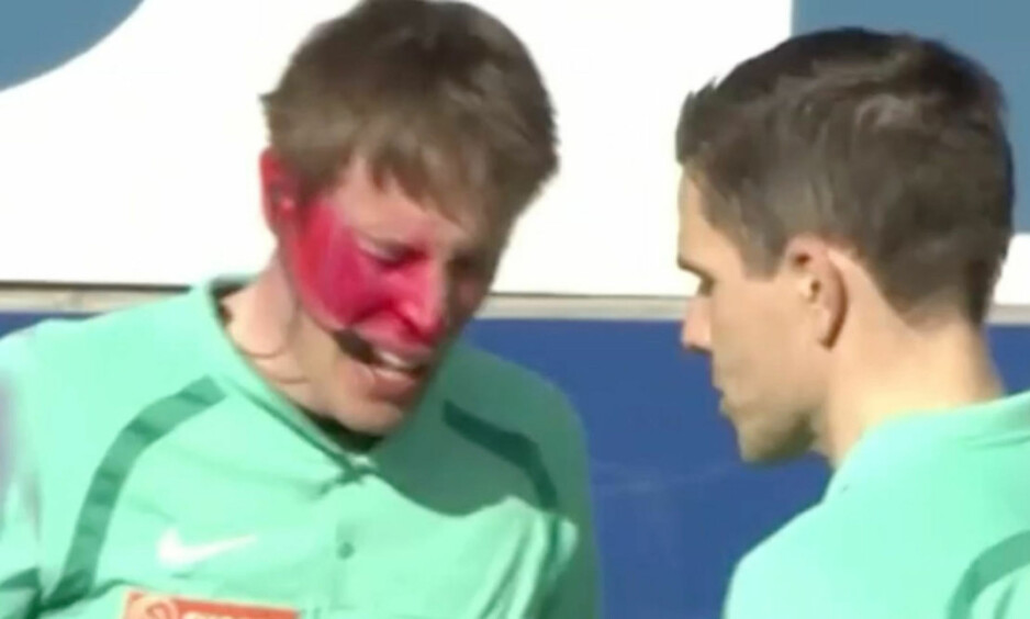 PEPPERSPRAY: Linjedommer Ole Andreas Skogsrud Haukåsen ble angrepet med pepperspray av en tilskuer som kom seg inn på banen. Skjermdump Fotball Media