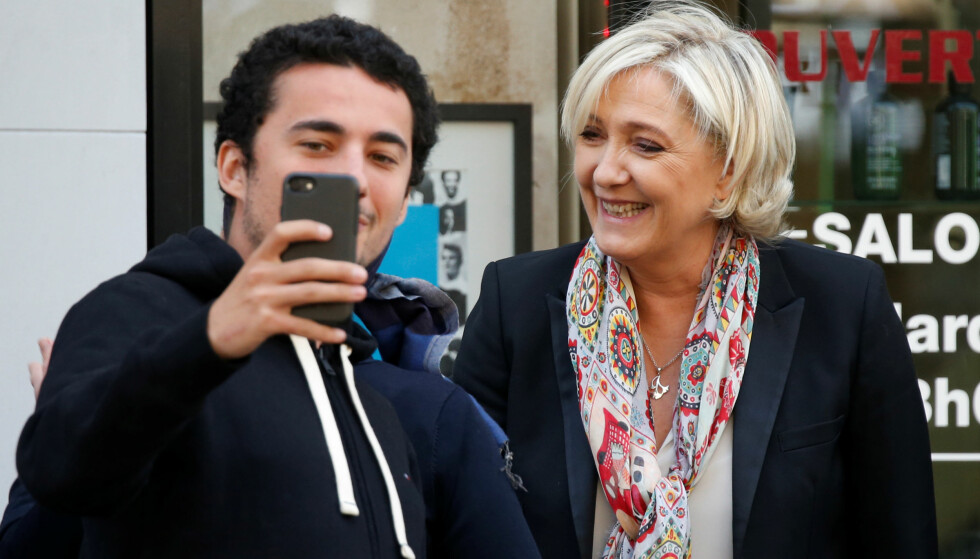 SELFIE MED LE PEN: Høyrepopulisten Marine Le Pen er med på selfies dagen etter første valgomgang i Frankrike. Hun eller motkandidat Emmanuel Macron blir landets nye president. Foto: REUTERS / Charles Platiau / NTB scanpix