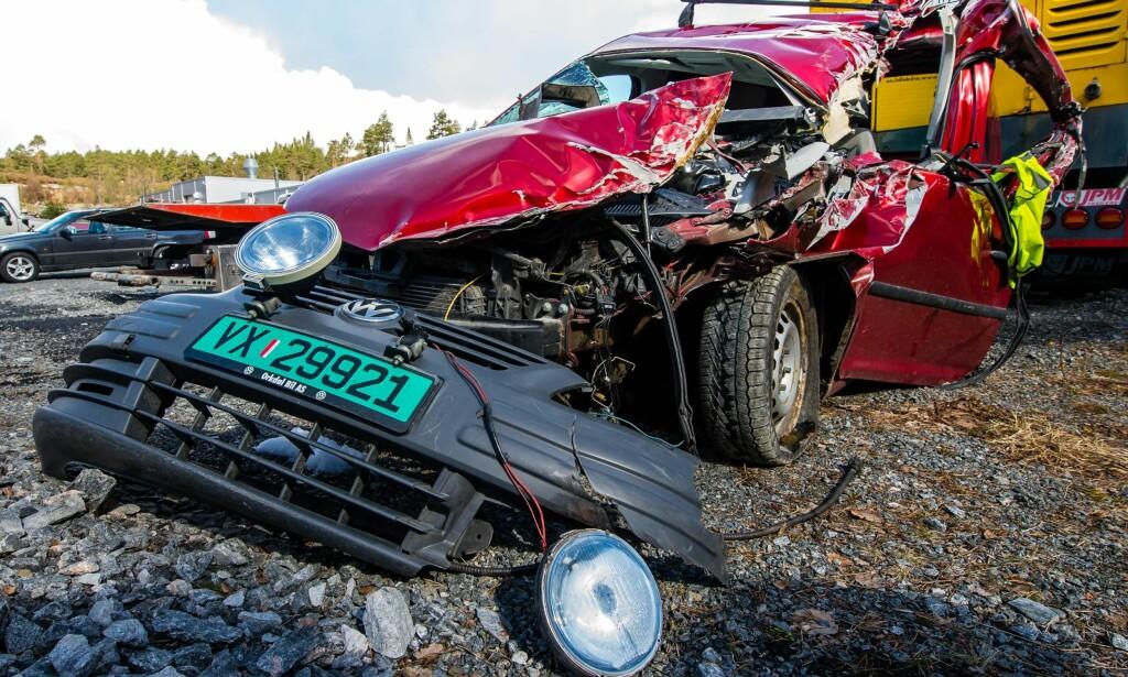 Omfattende skader: Bilen, en Volkswagen-modell fra 2005, fikk store skader i kollisjonen forrige uke. Foto: Marius Simensen