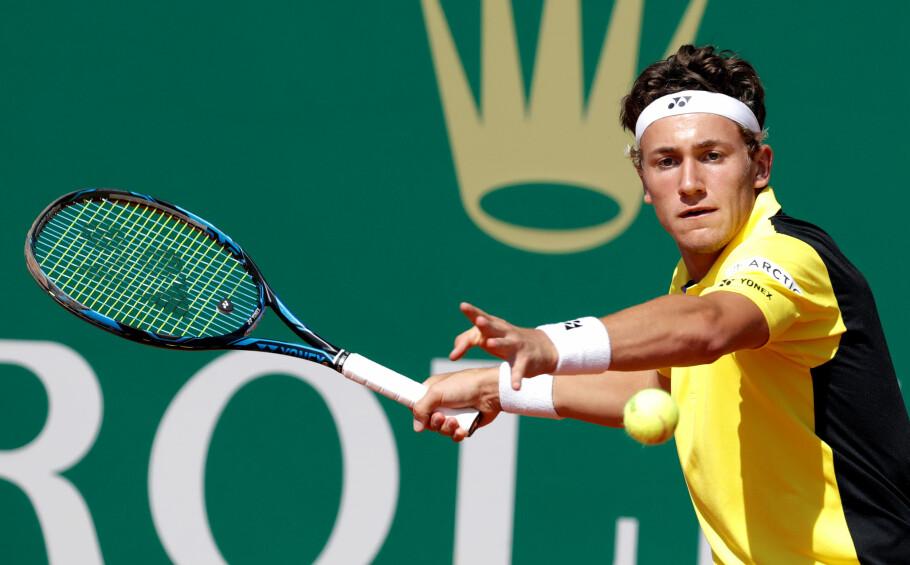FORNØYD: Casper Ruud er fornøyd med livet som tennisproff. Nå starter den harde jobben for å følge opp den flotte debutsesongen. Foto: Eric Gaillard / Reuters / NTB Scanpix