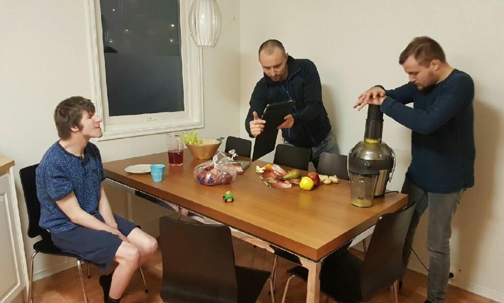 KOKKELERER: Lars (til venstre) og Jonas (til høyre) bor ikke lenger på Villa Eik i Bydel Bjerke i Oslo, men har fått et nytt tilbud i en delvis nyoppusset enebolig på Stovner. Foto: Privat