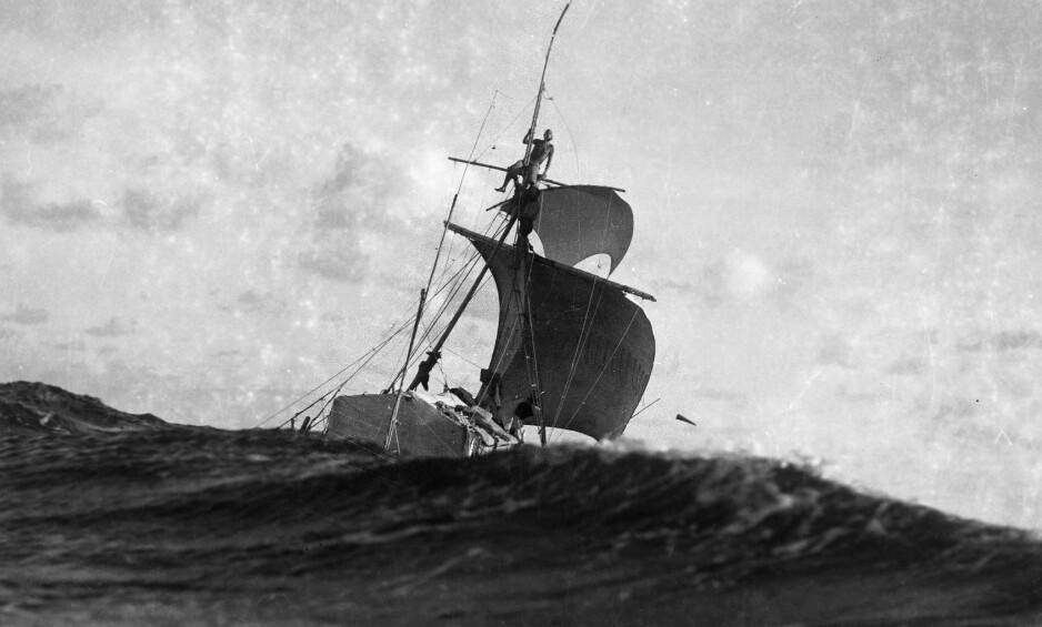 I SJØGANG: «Kon-Tiki»-ekspedisjonen ble behørig dokumentert. Dette bildet i røff sjø er tatt av Thor Heyerdahl selv, fra en gummibåt rodd av ekspedisjonsmedlem Knut Haugland. Foto: Kon-Tiki Museet