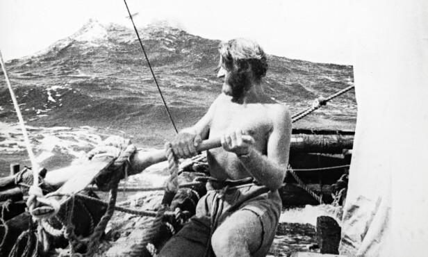 VED RORET: 33-årige Thor Heyerdahl ved roret under den lange og farefulle ferden. Foto: Kon-Tiki Museet
