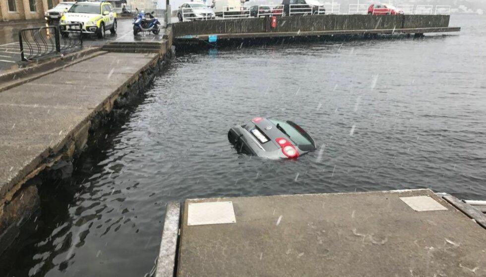 GIKK I VANNET: Denne bilen trillet i morgentimene i dag ut i havnebassenget i Arendal. Foto: Politiet i Agder