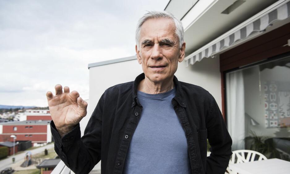 SKADET AV BOMBA: Ulf Andersen (70) ville sparke vekk bomba Petter Kyvik kastet inn i 1. mai-toget i 1979. Han mistet fire fingre og to tær da bomba smalt. Foto: Lars Eivind Bones