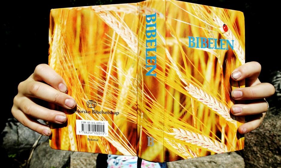 VIKTIG GRUNNLAG: Bibelen, i en versjon som i mange år ble gitt til norske skolebarn. - Det er umulig å forstå humanetikk og ateisme uten å forholde seg til kristendommens utvikling, skriver artikkelforfatteren. Foto: Sara Johannessen / SCANPIX NB! Modellklarert