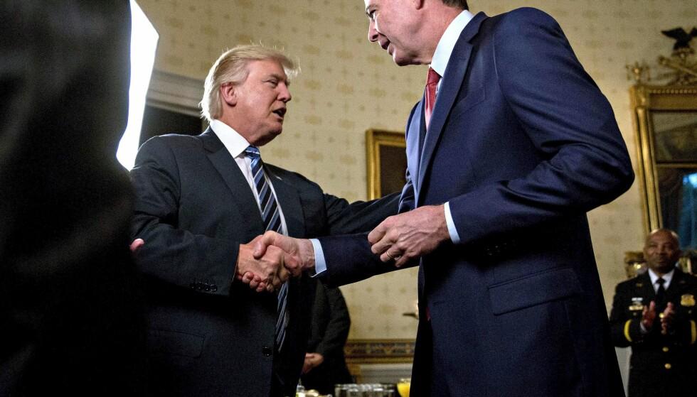 SPARKEN: Donald Trump sa overraskende opp FBI-sjef James Comey på tirsdag med en lite troverdig begrunnelse. Nå spørres det om oppsigelsen har å gjøre med etterforskningen av Trump-kampanjens russiske forbindelser. Her er de to på bedre fot, et par dager etter innsettelsen. FOTO: REX/Shutterstock