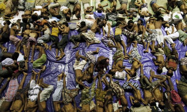 PÅ FLUKT: Siden 1978 har over 200 000 rohingyaer flyktet fra Myanmar. Her ses båtflyktninger i den indonesiske Aceh-provinsen etter å ha blitt reddet. Foto: Roni Bintang / Reuters / NTB Scanpix