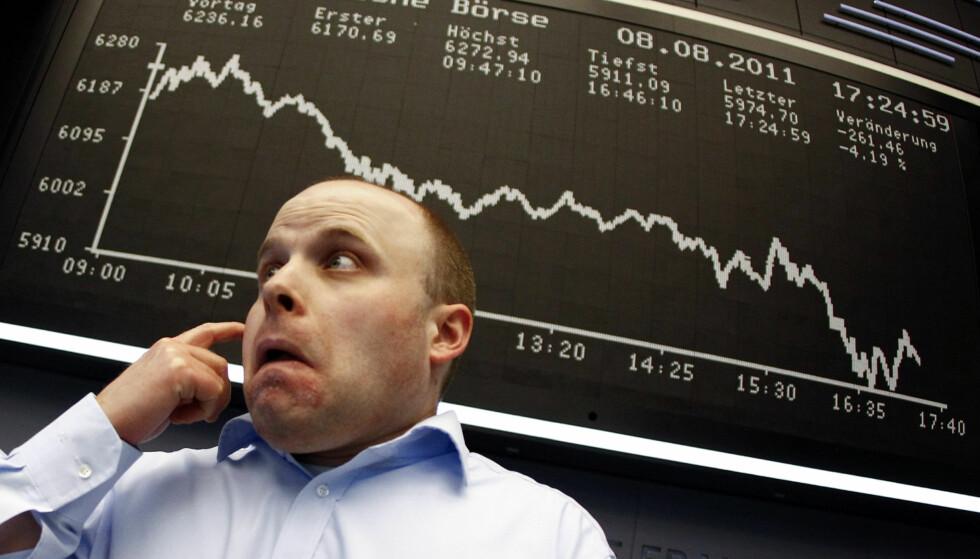 NEDTUR: En aksjemekler foran DAX-indeksen ved børsen i Frankfurt 8. august 2011, da indeksen falt med 4,5 prosent. - Perioden med frimarkedsideologi har gitt dårligere økonomiske resultater i de fleste regioner i verden: Vi har fått lavere vekst, høyere ulikhet, lavere jobbsikkerhet og finansiell ustabilitet, skriver artikkelforfatteren. Foto: REUTERS/Kai Pfaffenbach