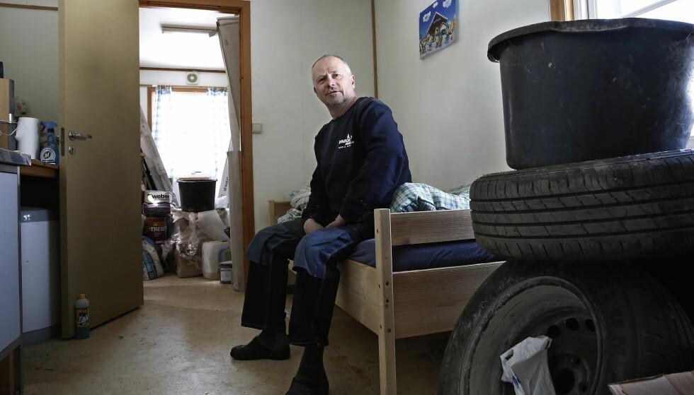 BRAKKEBULA: Mesteparten av året bor Tor Håkon Holte alene i en minimal brakke opp mot Høgevarde. – Perfekt for meg. Jeg forlanger ikke mer, sier han. Foto: Jacques Hvistendahl