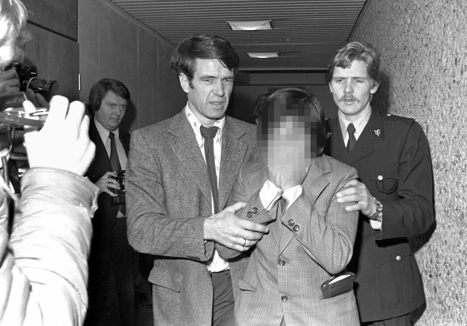 Tatt: I 1976 ankom to singaporere Fornebu, i koffertene hadde de 14,5 kilo heroin. Her føres den ene av dem inn til forhørsretten bare dager etterpå. Foto: NTB Scanpix