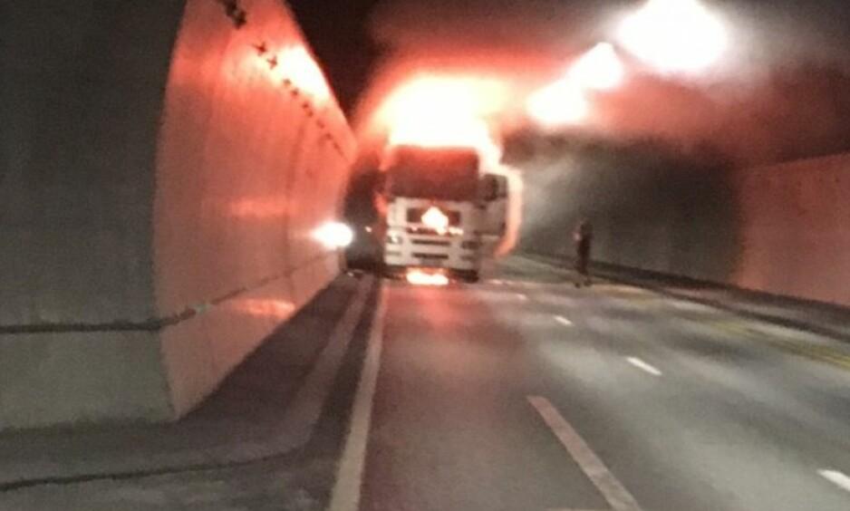 BRANN: Terje Langsrud tok bilde av det dramatiske synet som møtte ham i Oslofjordtunnelen fredag. Han fikk med seg lastebilsjåføren ut av tunnelen i sin egen bil. Foto: Terje Langsrud