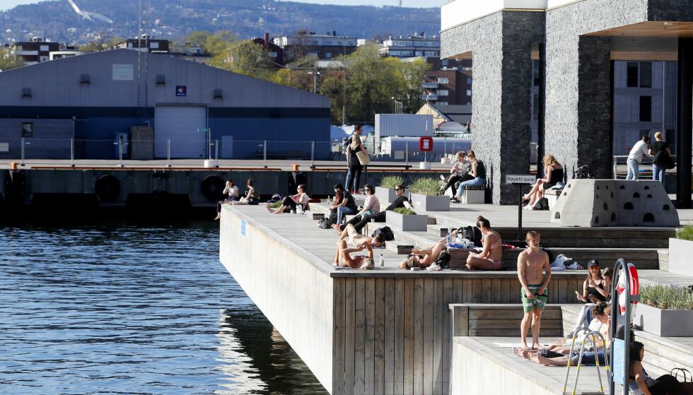 SOMMER: Sol- og sommervarme har inntatt hovedstaden, og mange har tatt turen ut for å nyte det fine været på Tjuvholmen i Oslo. Foto: Lise Åserud / NTB Scanpix
