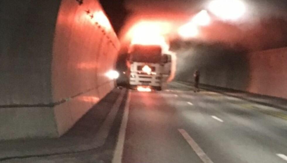 Dramatisk: Terje Langsrud tok bilde av det dramatiske synet som møtte ham i Oslofjordtunnelen fredag. Han fikk med seg lastebilsjåføren ut av tunnelen i sin egen bil. Foto: Terje Langsrud