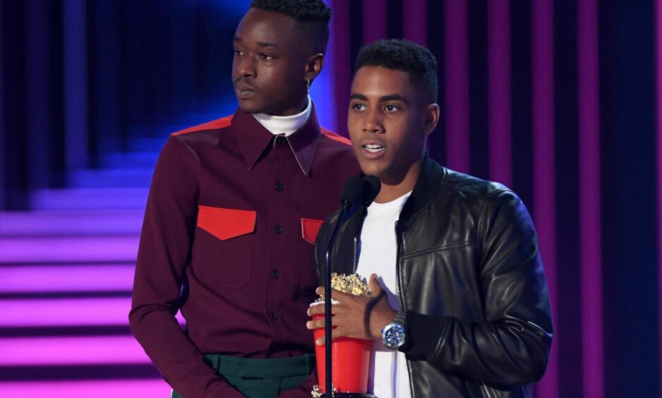 PRISVINNERE: Ashton Sanders (21) og Jharrel Jerome (19) mottok prisen for beste filmkyss. Foto: NTB Scanpix