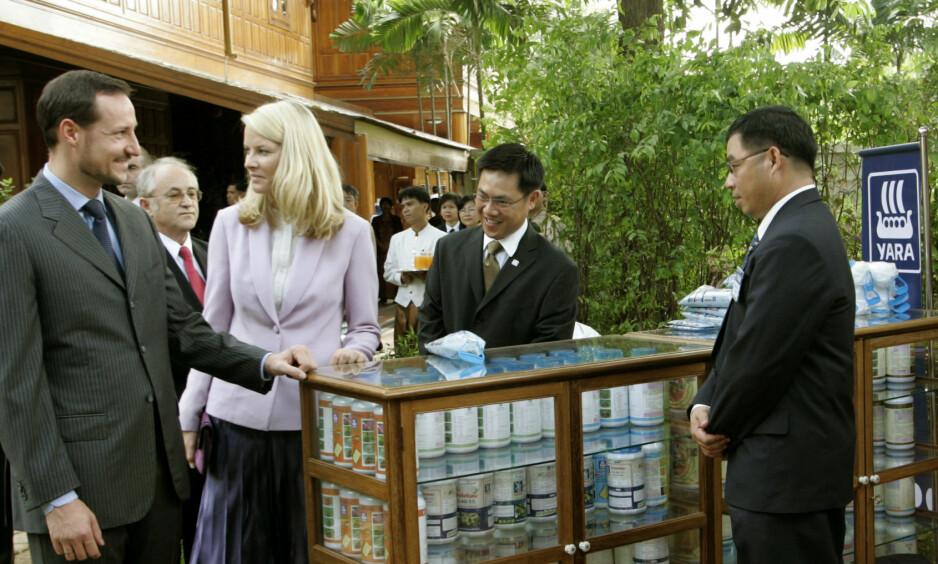 SOLGTE SEG UT: Kronprins Haakon har solgt aksjene sine i gjødselsselskapet Yara. Her under et besøk hos Yara i Thailand i 2004. Foto: Bjørn Sigurdsøn / SCANPIX