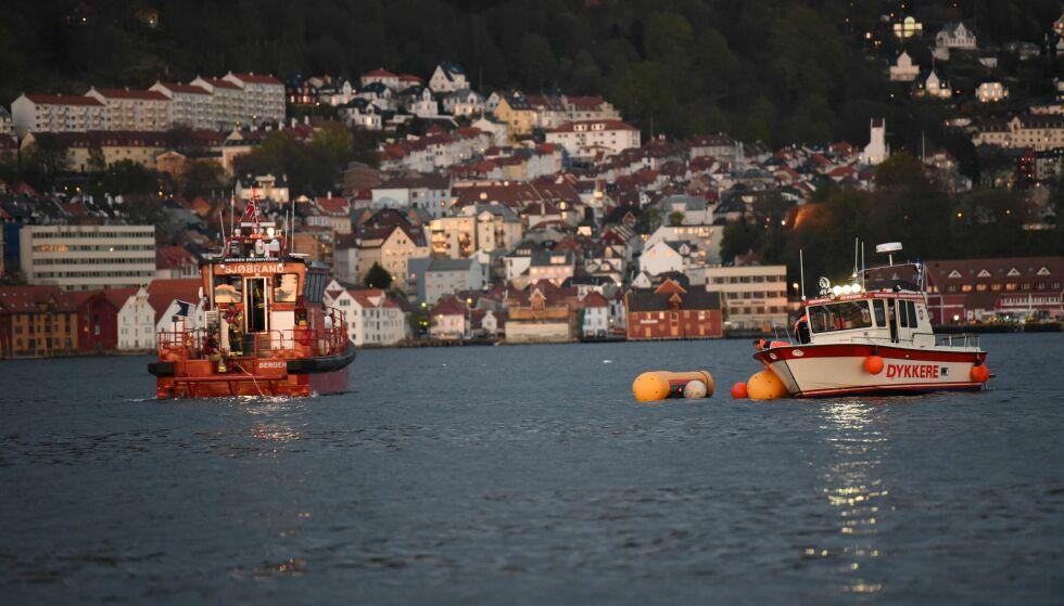 Redningsmannskaper på plass utenfor Sandviken i Bergen etter at et helikopter styrtet i sjøen like før klokka 21.30 i kveld. Foto: Eirik Hagesæther / Bergensavisen / NTB scanpix