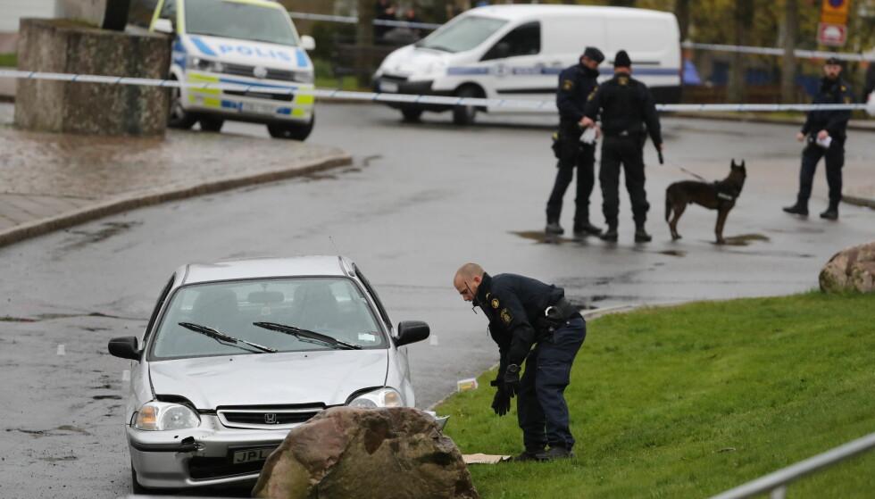 DRAP: Politiet undersøker stedet der en mann ble skutt og drept av maskerte personer i Göteborg torsdag. Foto: Adam Ihse / TT / NTB scanpix
